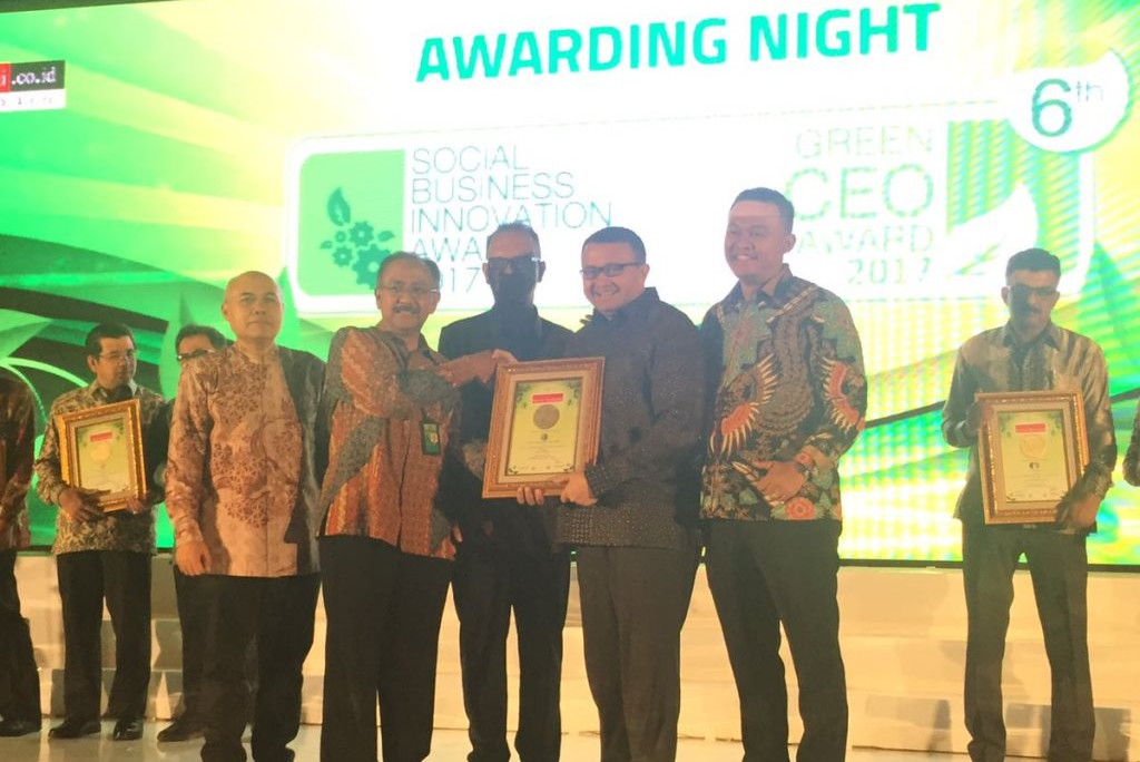 APRIL receives the Best Social Business Innovation Company Award 2017 from Warta Ekonomi