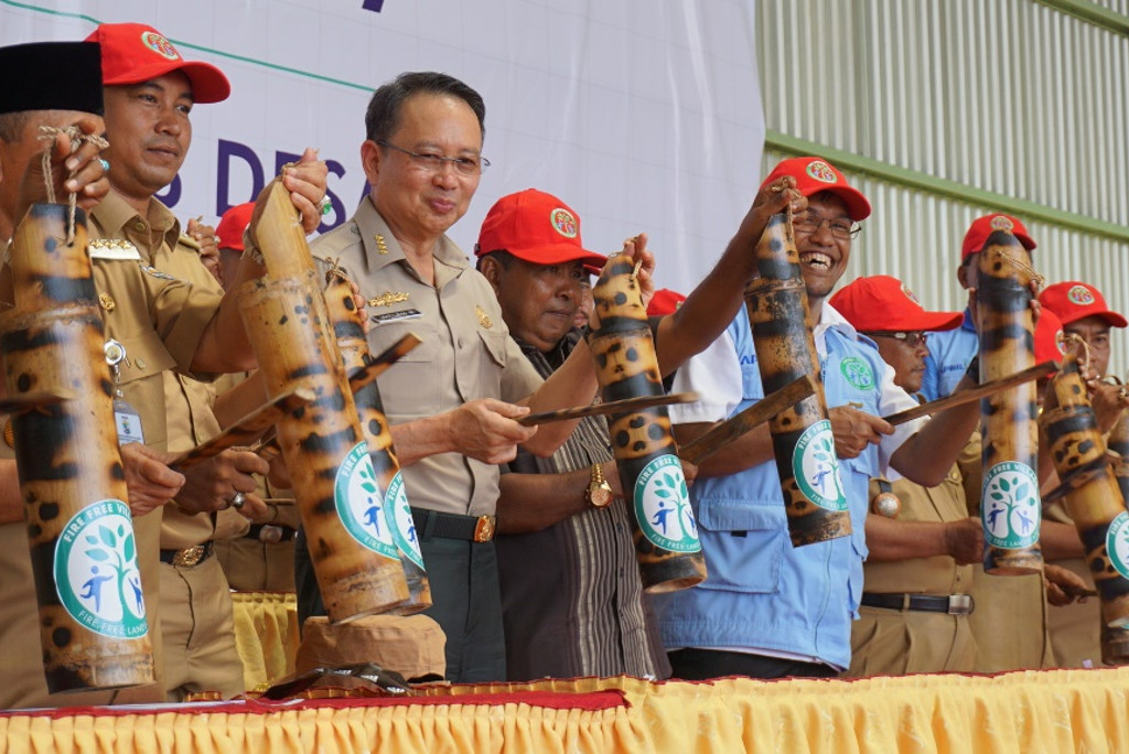 RAPP, with chief of the National Disaster Mitigation Agency (BNPB), Willem Rampangilei, launches its 2017 Fire-Free Village Programme
