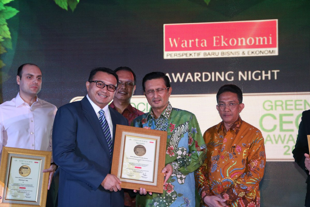APRIL Director of Corporate Affairs, Agung Laksamana, receives  Social Business Innovation Award from Warta Ekonomi