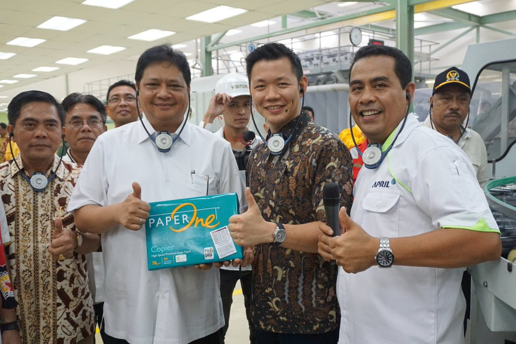 The Indonesian Minister of Industry, Airlangga Hartarto, is introduced to our PaperOne product on a visit to our operations in Pangkalan Kerinci, Riau.